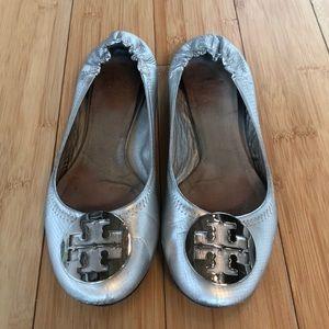 EUC Tory Burch metallic silver Reva flats, 9